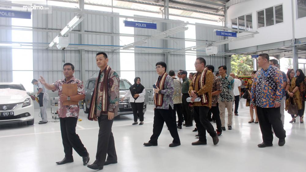 Presdir SIS Seiji Itayama meninjau area workshop diler Suzuki Persada Lampung Raya