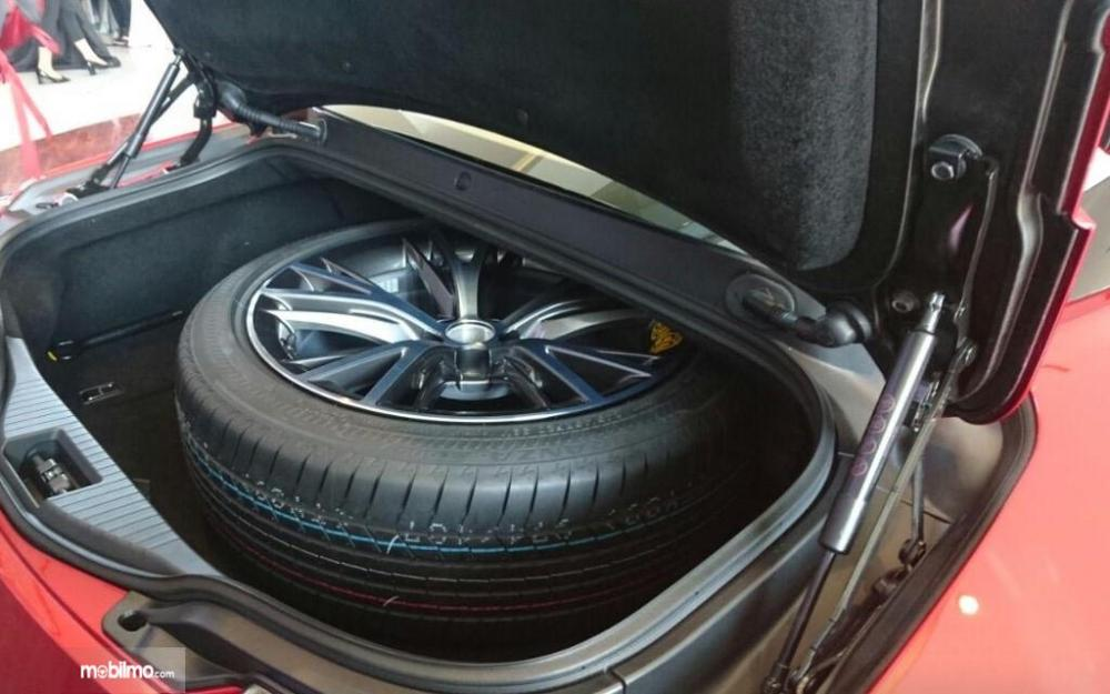 Gambar ban cadangan Lexus LC500 di bagasi