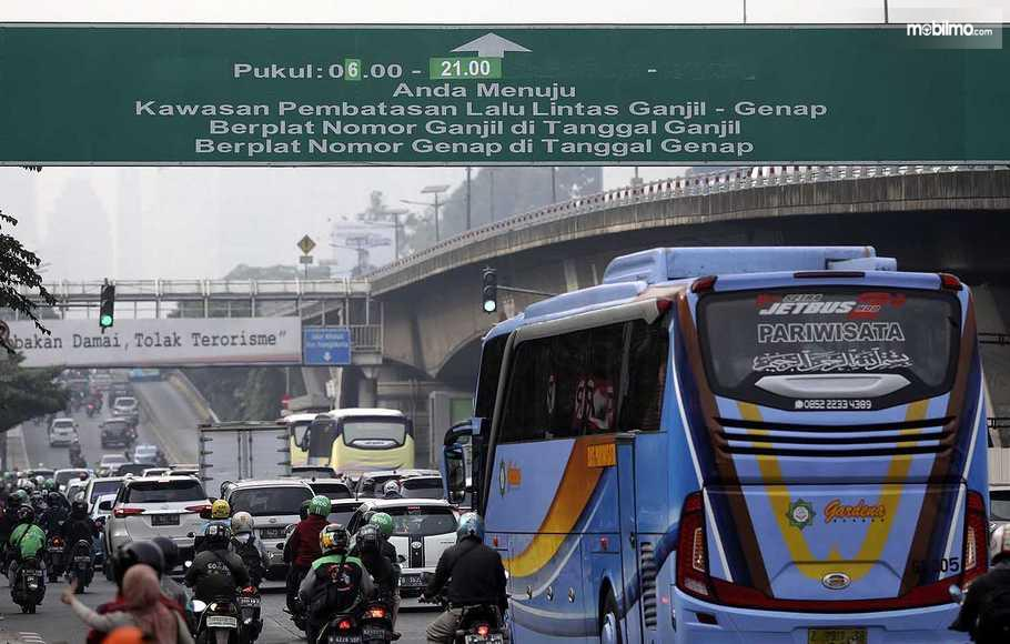 Gambar yang menunjukan lalu lintas yang ada pada jalanan di Jakarta