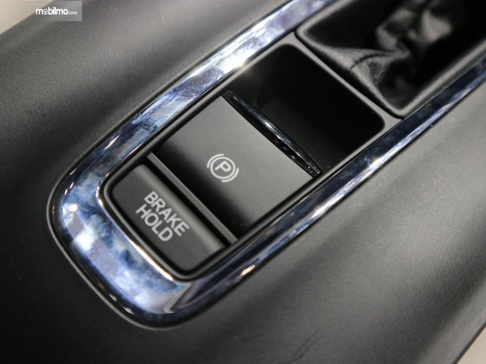 Tampak tombol pengaturan rem parkir elektrik dan juga brake hold di New Honda HR-V 1.5L E Special Edition