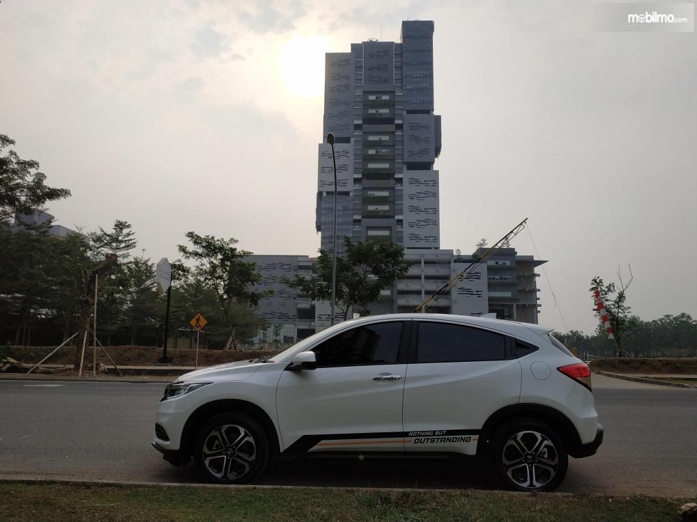 Tampak samping Honda New HR-V 1.5L E Special Edition
