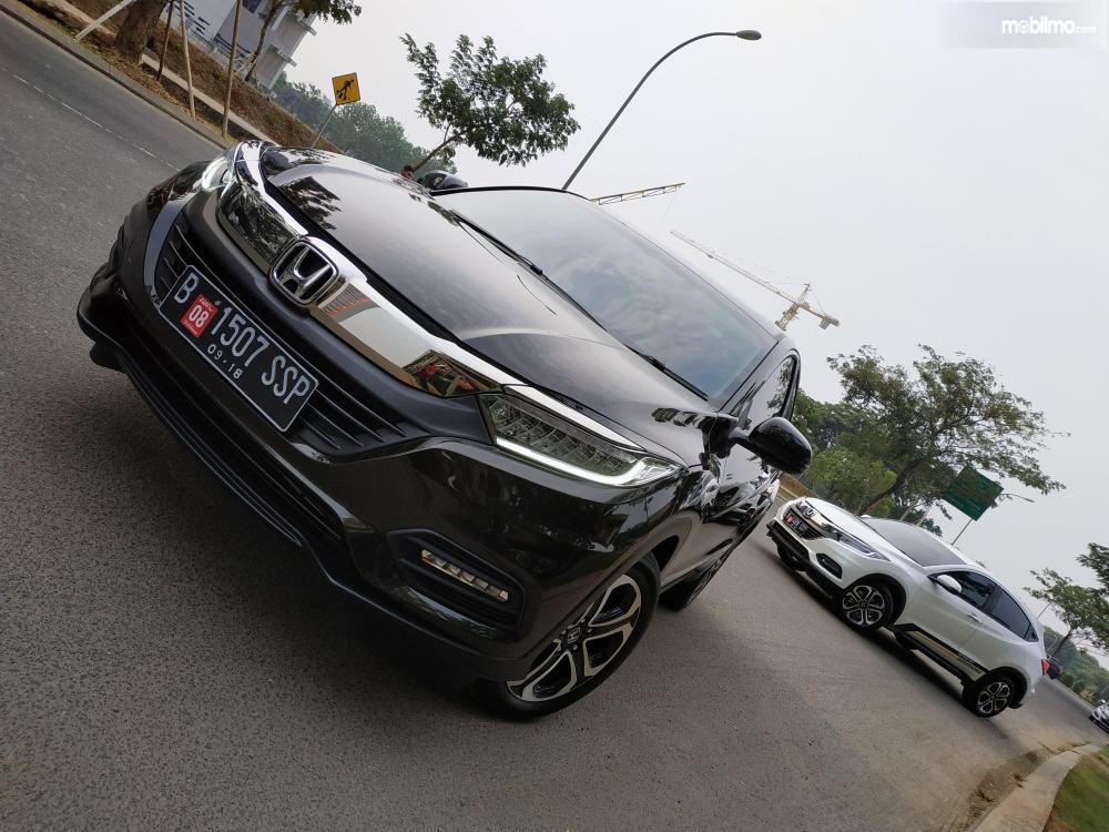 Tampak dua buah mobil Honda New HR-V 1.5L E Special Edition berwarna Dark Olive Mettalic dan White Orchid Pearl