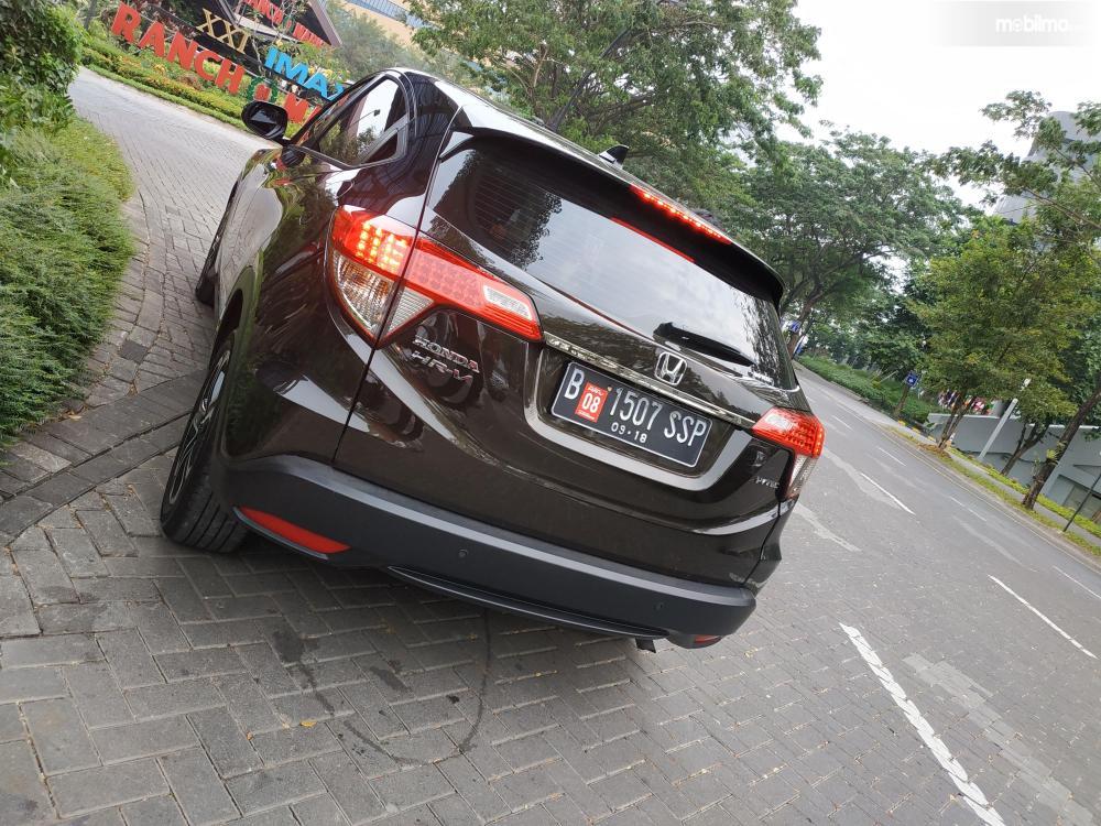 Tampak sebuah mobil Honda New HR-V 1.5L E Special Edition warna dark olive mettalic