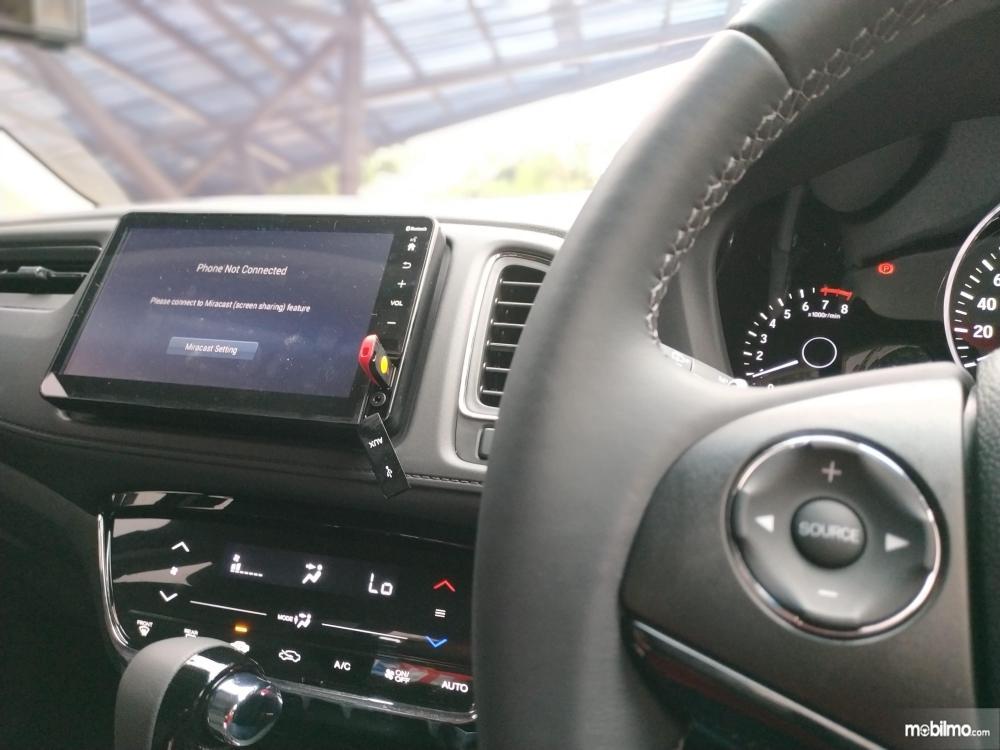 Tampak tombol multifungsi pada lingkar kemudi yang dapat mengatur head unit floating terbaru pada Honda New HR-V 1.5L E Special Edition