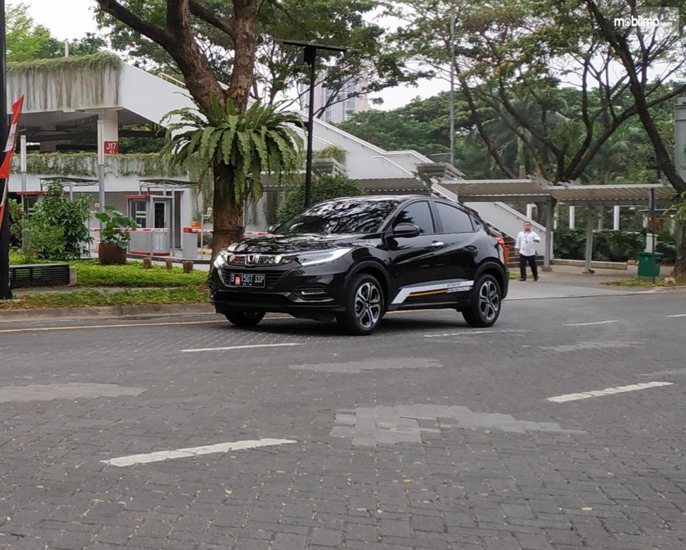 Tampak sebuah Honda HR-V 1.5L E Special Edition berwarna dark olive mettalic sedang dipacu oleh tester kami