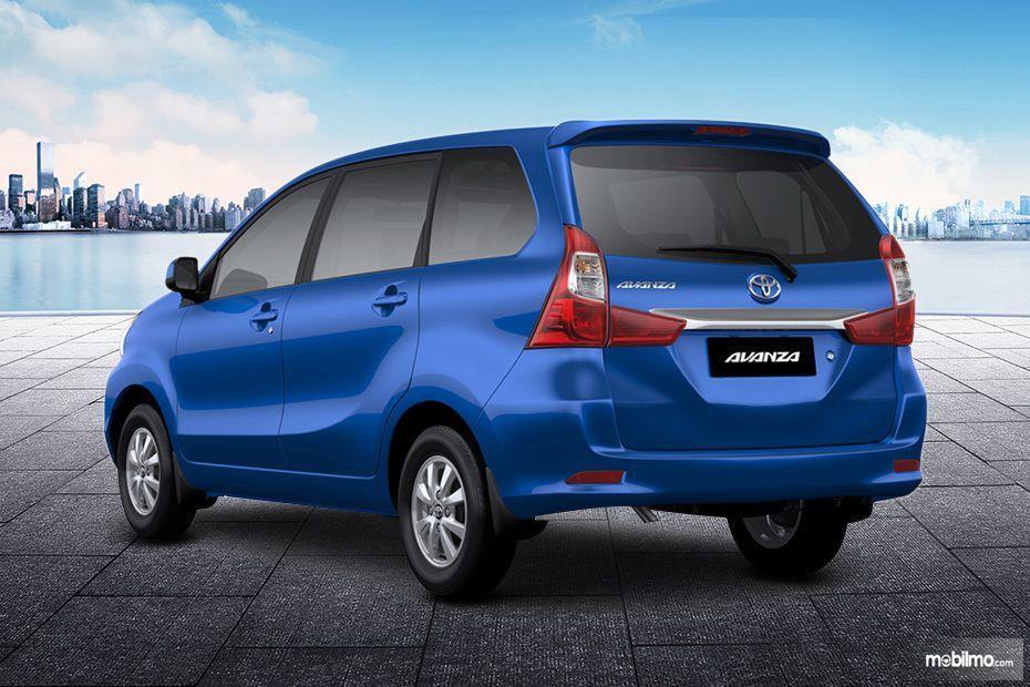Foto Toyota Avanza tampak dari samping belakang