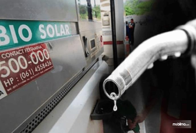 Gambar ini menunjukkan alat pengisi bahan bakar dan tangki di SPBU bertuliskan Bio Solar