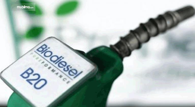Gambar ini menunjukkan alat pengisi bahan bakar biodiesel B20 dengan warna putih dan hijau