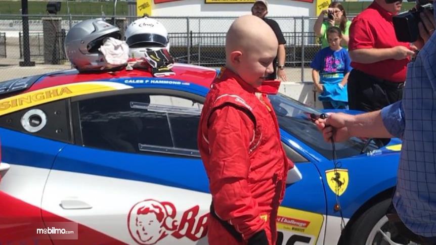 Gambar yang menunjukan Caleb Hammond bersama Ferrari 488 Challenge