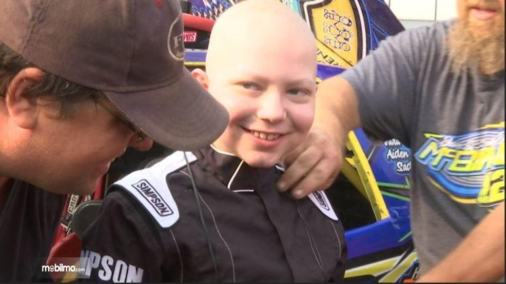 Gambar yang menunjukan Caleb Hammond penderita leukemia pencinta motorsport