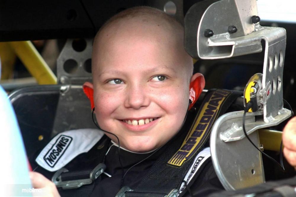 Gambar yang menunjukkan anak penderita leukemia ketika mengendarai 488 Challenge