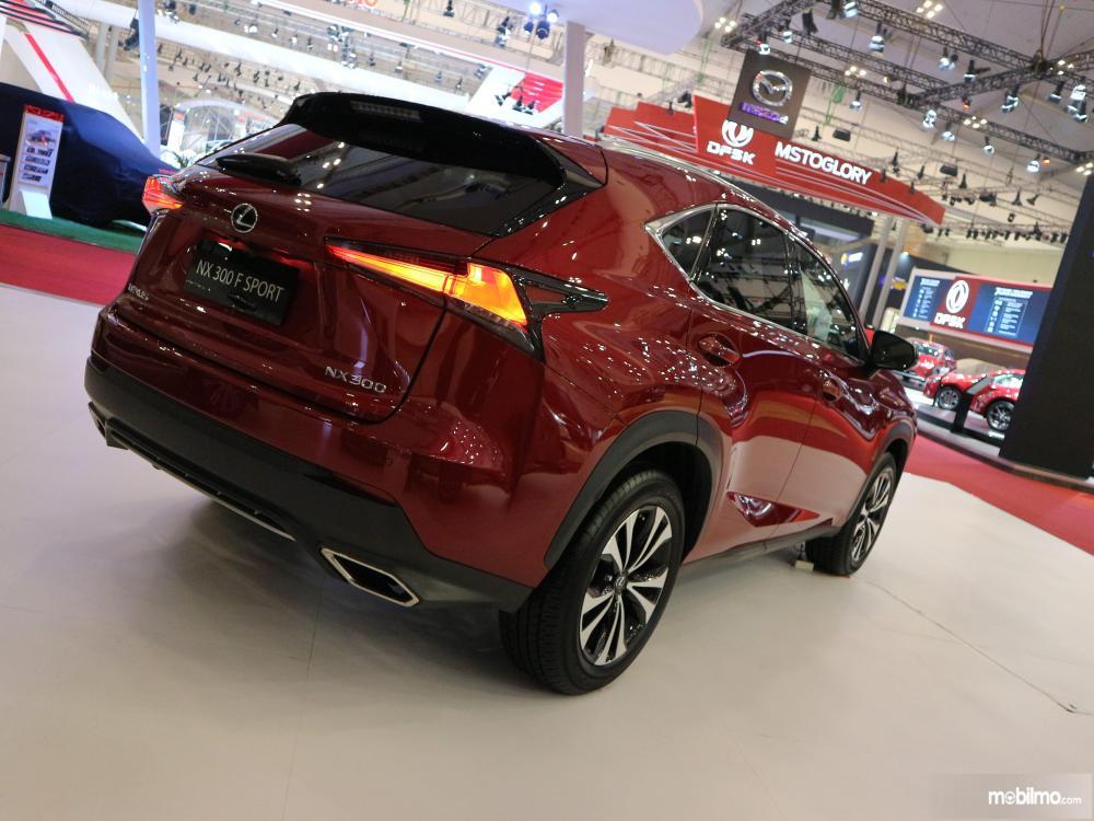 Tampak sebuah Lexus NX300T F-Sport 2018 berwarna Red Mica Crystal Shine