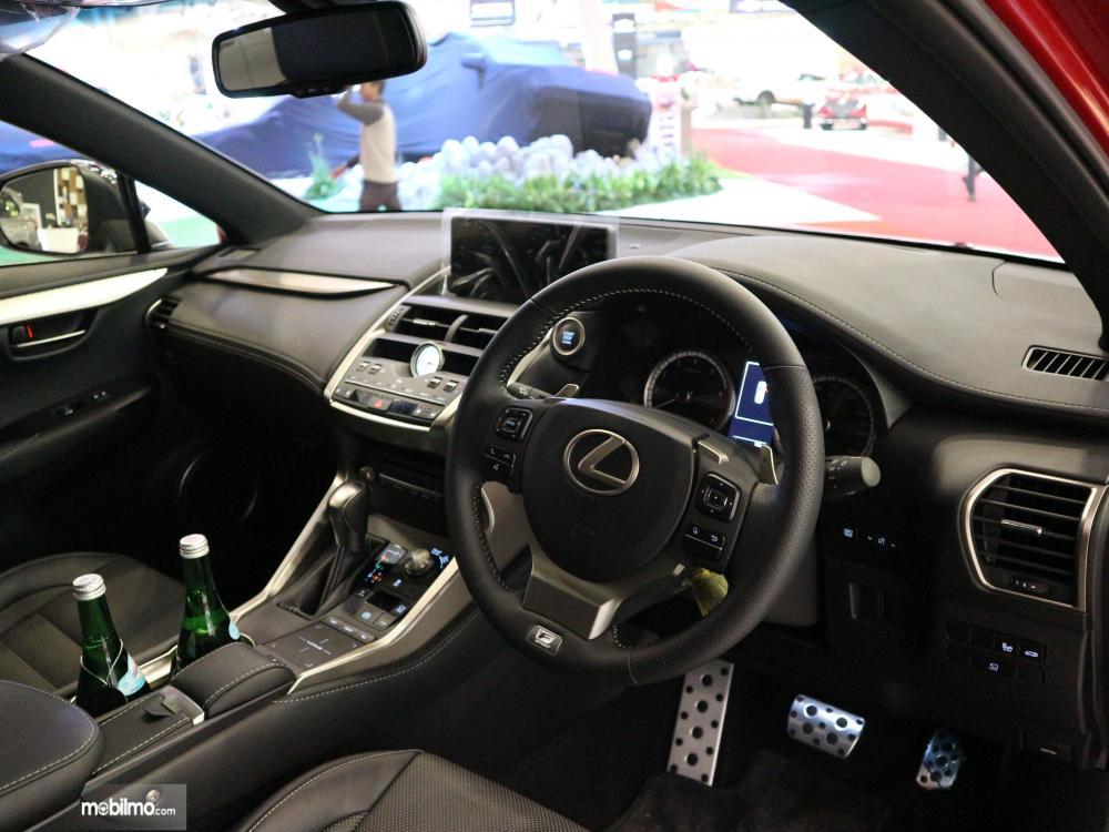 Tampak layout interior dari Lexus NX300T F-Sport 2018