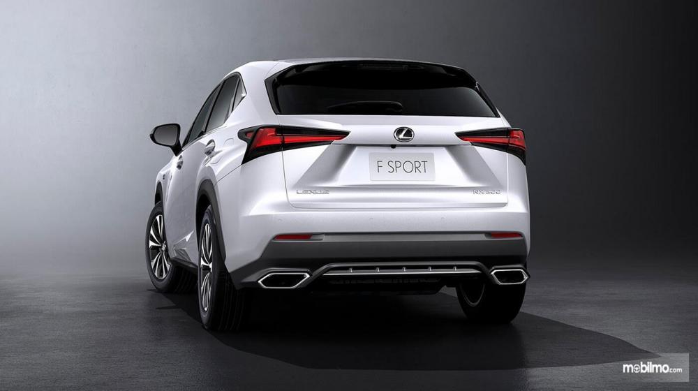 Tampak belakang Lexus NX300T F-Sport 2018 warna White Nova Glass Flake