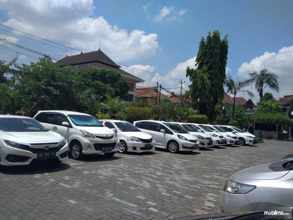 Deretan mobil parkir di lapangan