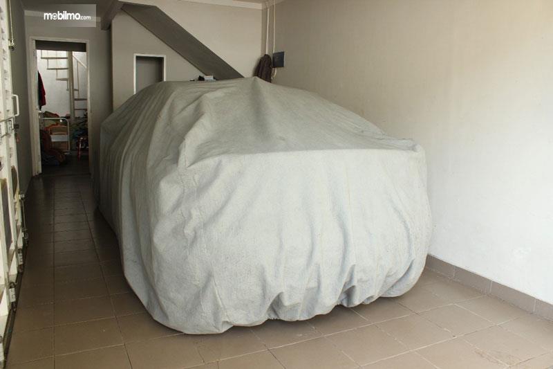 Gambar mobil terbungkus sarung mobil