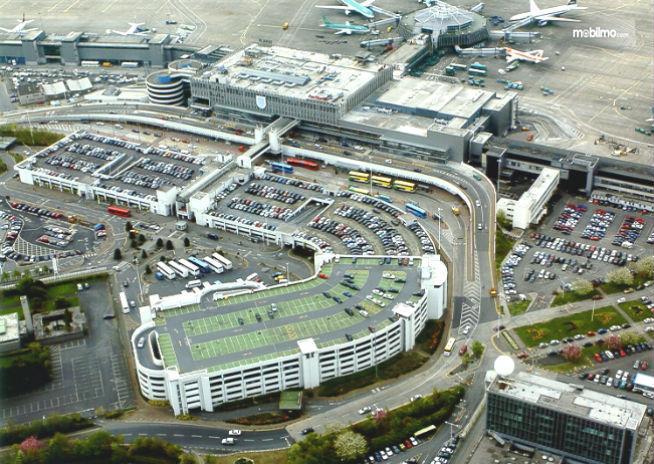 Gambar yang menunjukan gedung bertingkat yang jadi tempat parkir Bandara Dublin