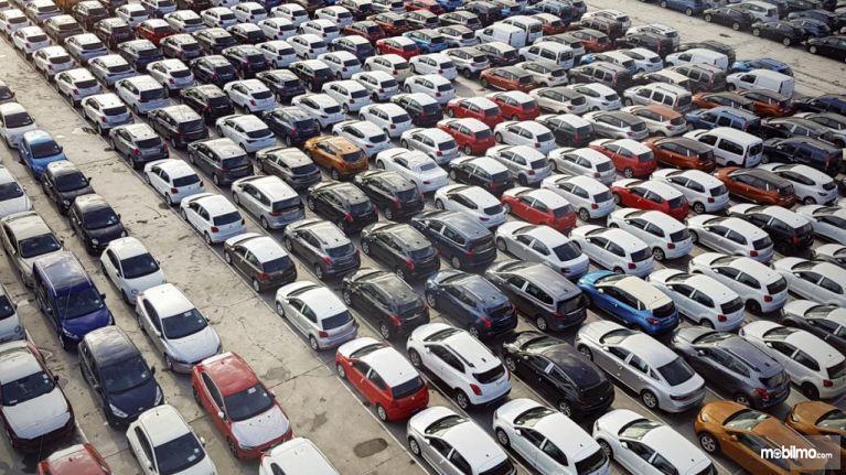 Gambar yang menunjukan banyak mobil yang parkir di Bandara Dublin