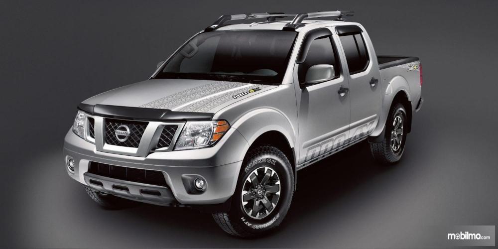 Gambar Nissan Frontier tampak dari samping depan
