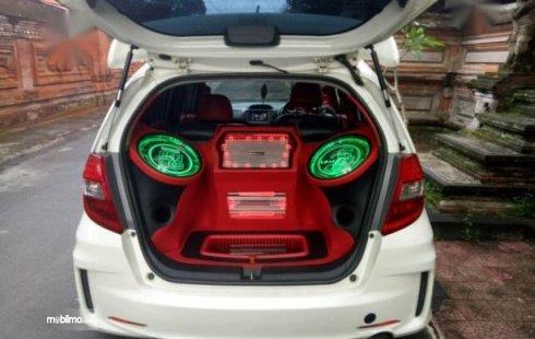 Tampak sebuah Honda Jazz dipasang audio di dalam interiornya