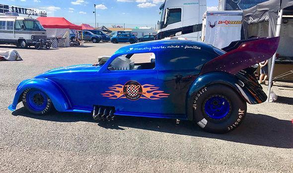 Gambar yang menunjukan The Nitro Bug, mobil modifikasi tercepat di dunia dari samping
