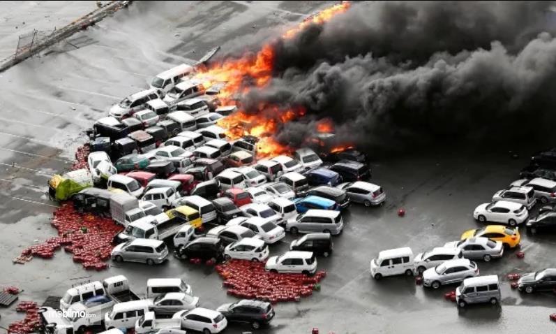 Gambar mobil terbakar hebat