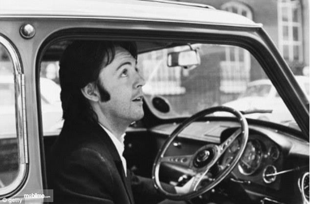 Gambar yang menunjukan Paul McCartney berada di dalam Mini Cooper miliknya