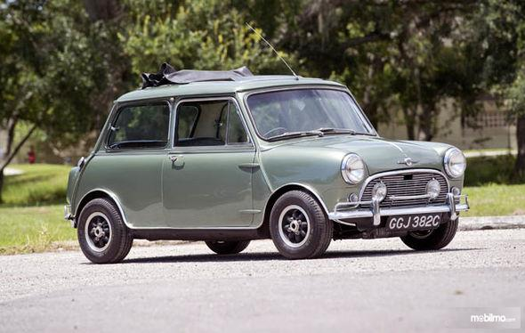 Gambar yang menunjukan mobil Mini Cooper kepunyaan Paul McCartneydari depan