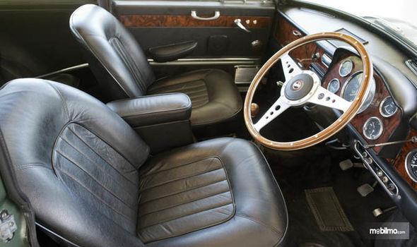 Gambar yang menunjukan bagian interior dari mobil Mini Cooper Paul McCartney