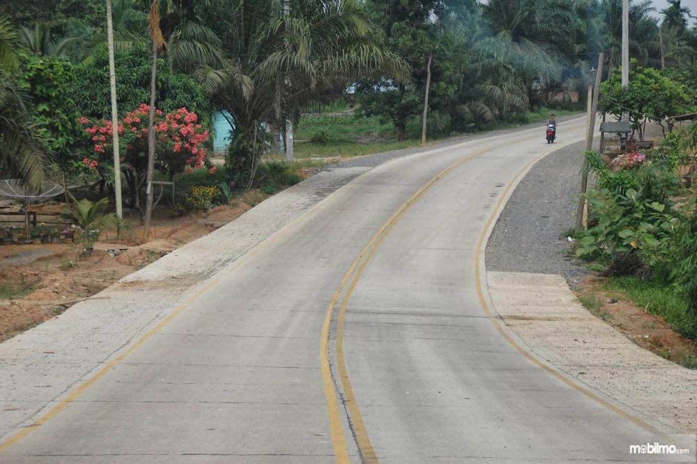 Foto Jalan beton salah satu wilayah Indonesia