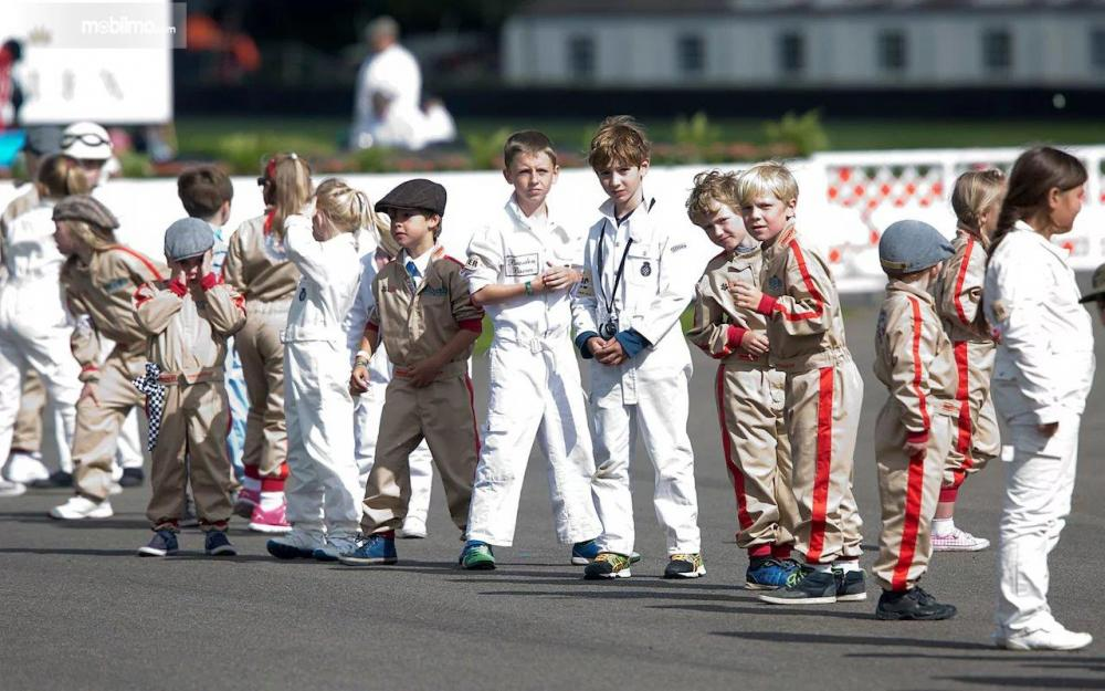 Gambar yang menunjukan pembalap cilik yang sedang menunggu giliran balapan