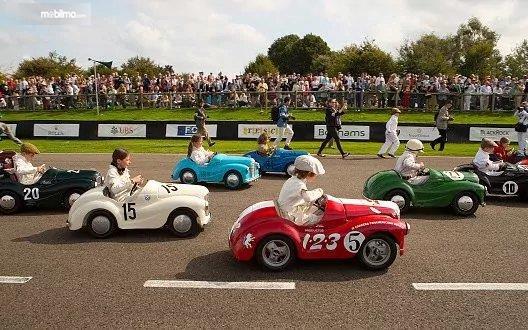 Gambar yang menunjukan anak-anak yang mengikuti balapan Settrington Cup