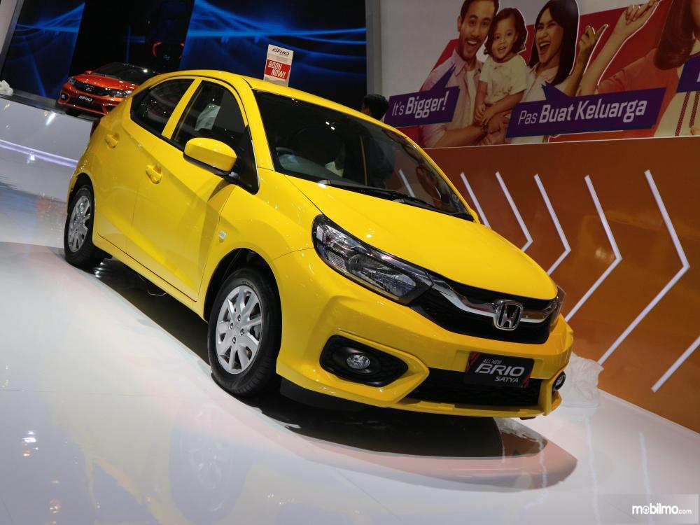 Tampak sebuah mobil All New Honda Brio Satya 1.2 berwarna kuning