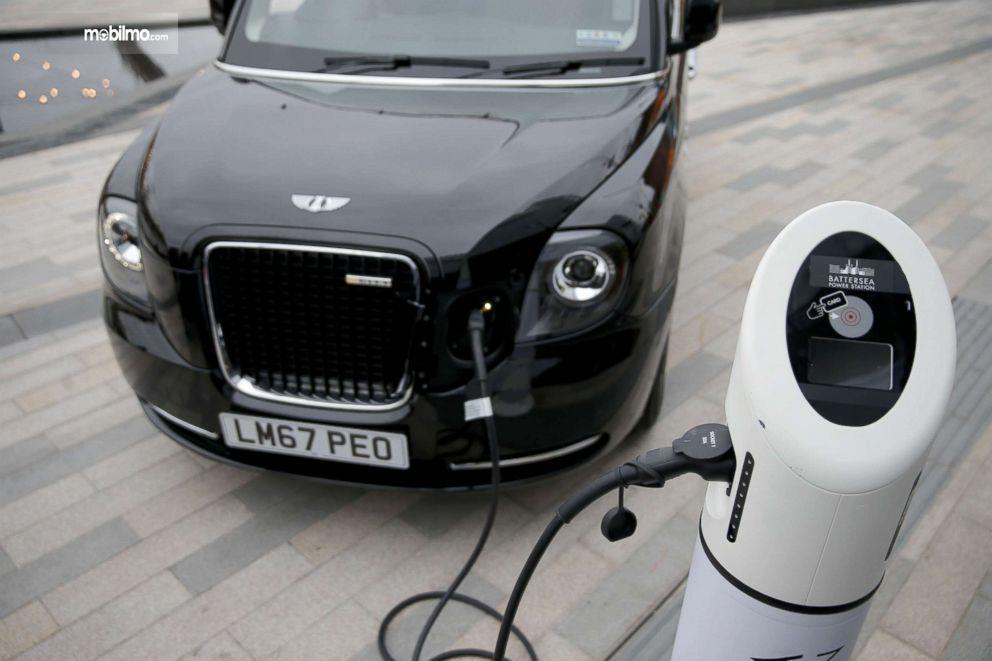 Gambar Taksi listrik sedang isi tenaga