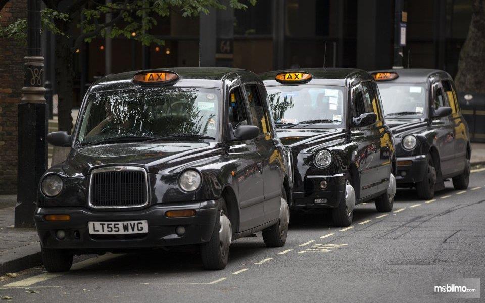 Foto Taksi Black Cabs berjajar menunggu penumpang