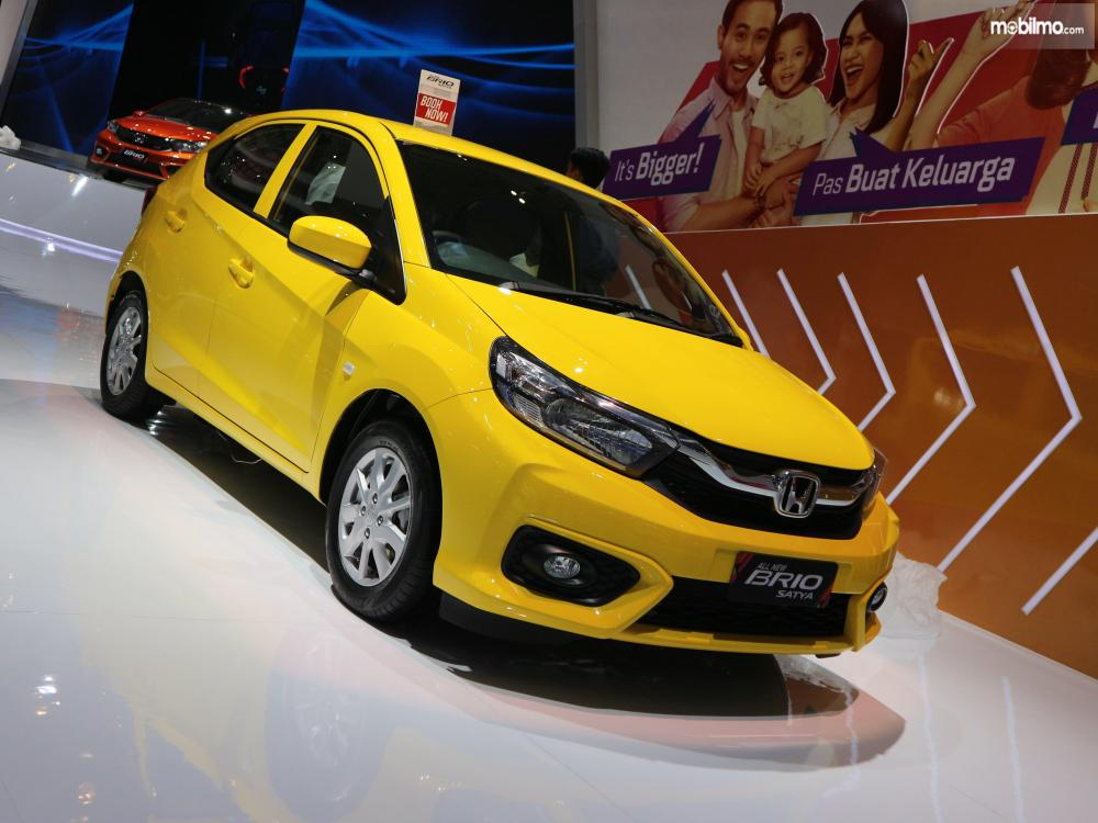 Tampak Honda All New Brio 2018 berwarna carnival yellow.