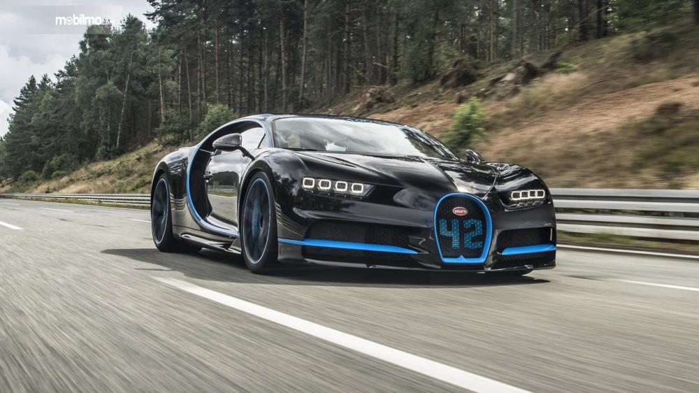 Foto Bugatti Chiron melaju di jalanan