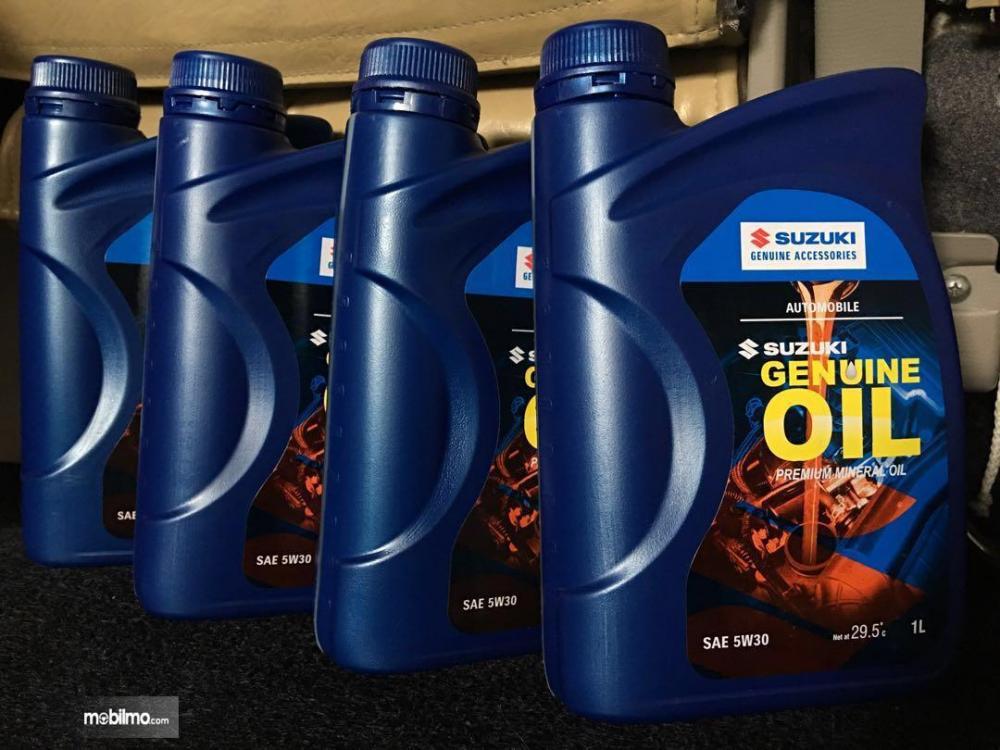 Foto Suzuki Genuine Oil dijajar rapi