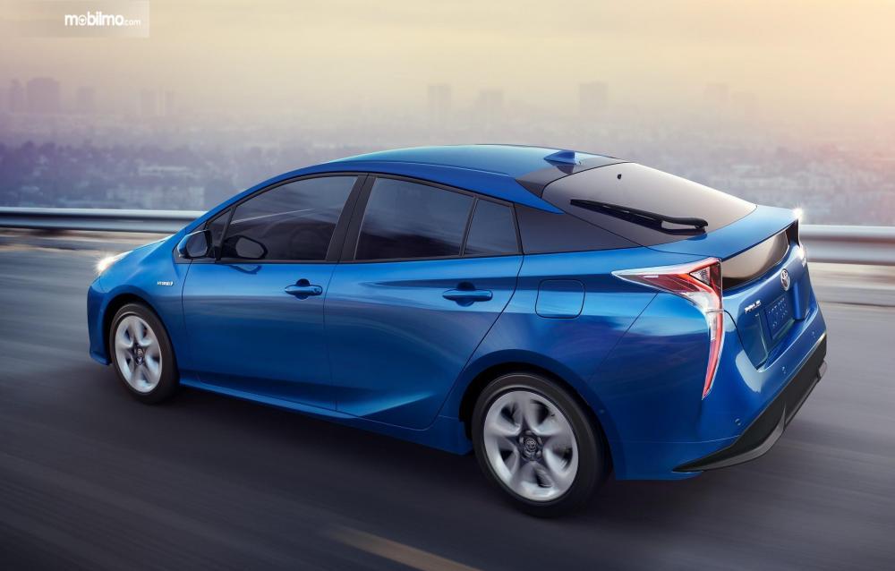 Foto Toyota Prius Hybrid warna biru tampak dari samping belakang