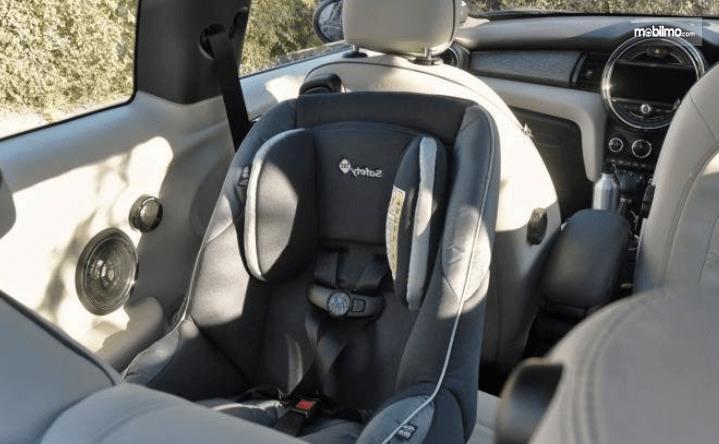 Gambar ini menunjukkan kursi untuk bayi di dalam Mobil bagian belakang