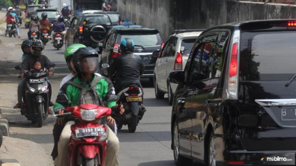 Tampak sebuah motor lawan arus Indonesia
