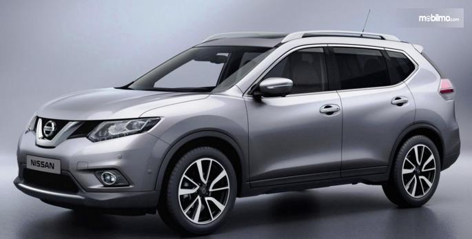 Gambar ini menunjukkan Mobil Nissan warna silver tampak samping kiri