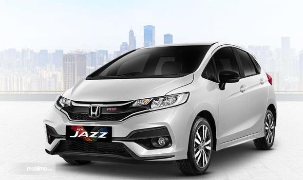 Gambar ini menunjukkan Mobil New Honda Jazz warna putih tampak depan dan samping kiri