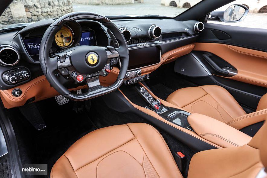 Gambar yang menunjukan bagian dasbor dari Ferrari Portofino 2018