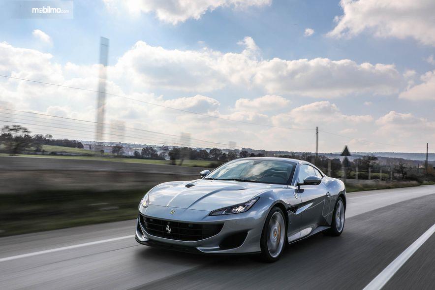 Gambar yang menunjukan bagian luar dari Ferrari Portofino 2018