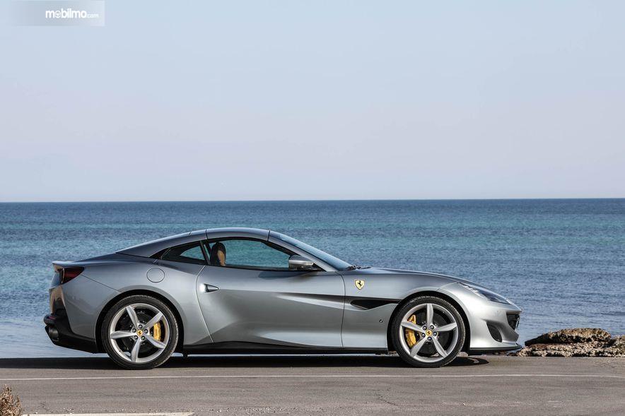 Gambar yang menunjukan bagian samping dari Ferrari Portofino 2018