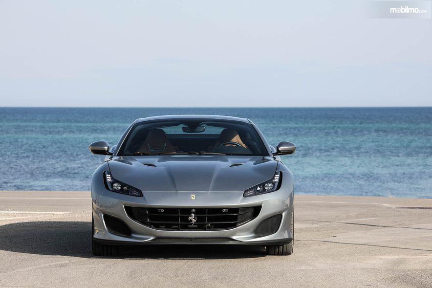 Gambar yang menunjukan bagian depan dari Ferrari Portofino 2018