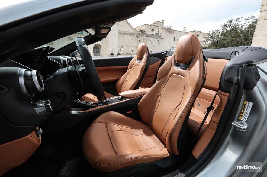 Gambar yang menunjukan bagian kursi dari Ferrari Portofino 2018