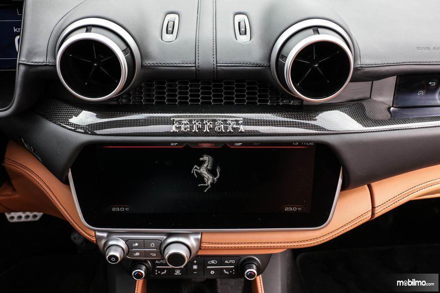 Gambar yang menunjukan bagian fitur dari Ferrari Portofino 2018