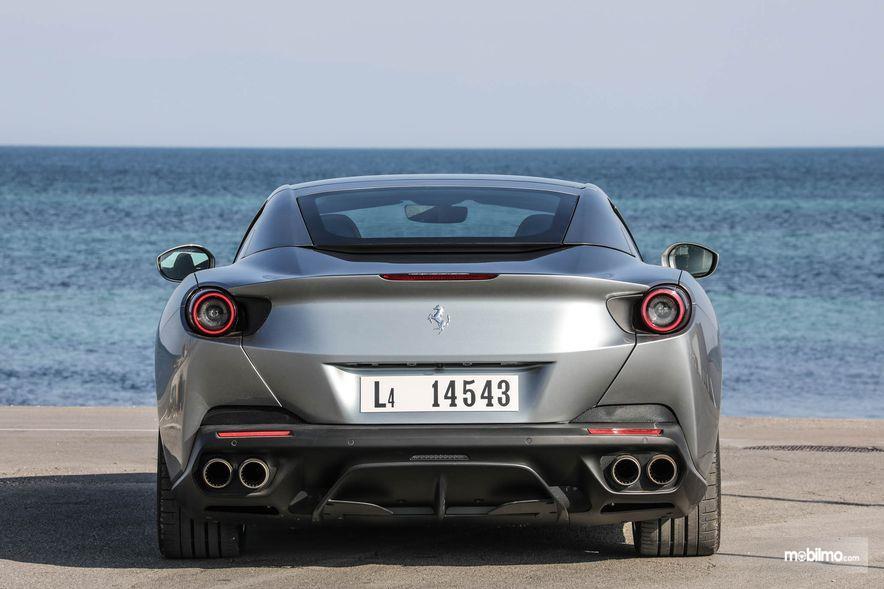 Gambar yang menunjukan bagian belakang dari Ferrari Portofino 2018